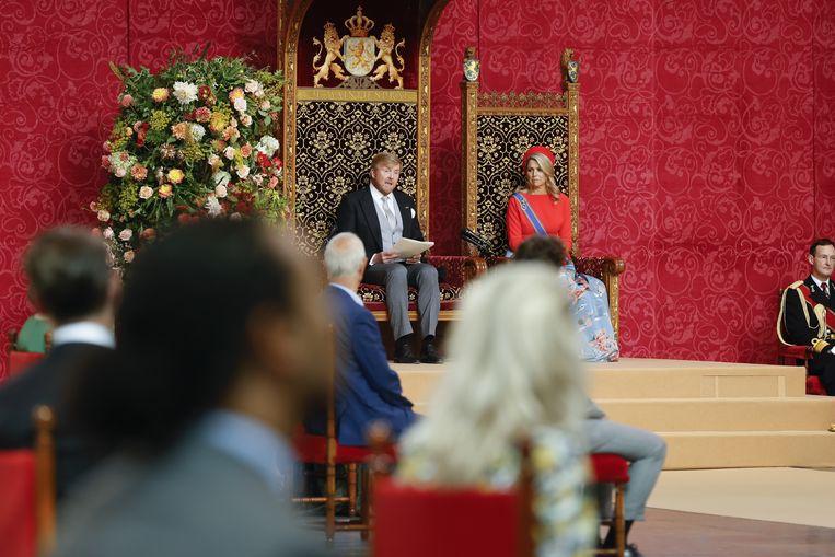 Koning Willem-Alexander leest op Prinsjesdag de Troonrede voor aan leden van de Eerste en Tweede Kamer in de Grote Kerk in Den Haag. Beeld ANP