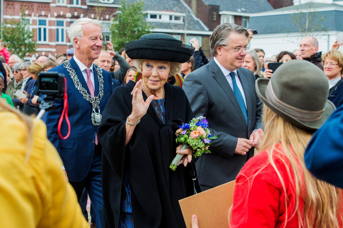 Prinses Beatrix loopt samen met Wim van de Donk door de Tilburgse straten.