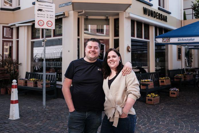 Rick Hartemink en Tamara Jansen voor hun restaurant Wunderbar op de hoek Markt/Ratumsestraat in Winterswijk
