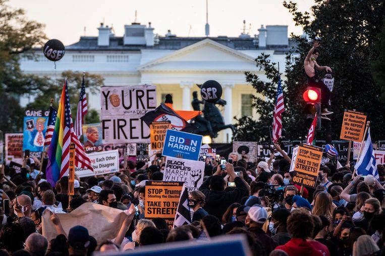 Grote groepen mensen kwamen vlak voor het Witte Huis samen, om de winst van Joe Biden te vieren.  Beeld The Washington Post via Getty Im