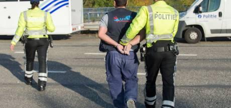 Agressieve, dronken chauffeur valt voetgangers aan en wil na alcoholtest weer verderrijden