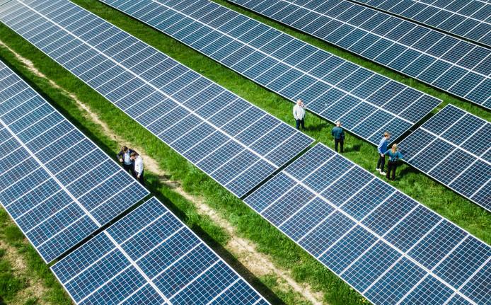 Op de voormalige vuilstortplaats zijn 22.000 zonnepanelen geplaatst.