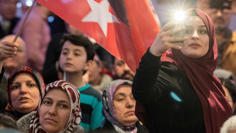 Erdogan-aanhangers begroeten een Turkse regeringsdelegatie in Kelsterbach eerder deze maand Beeld afp