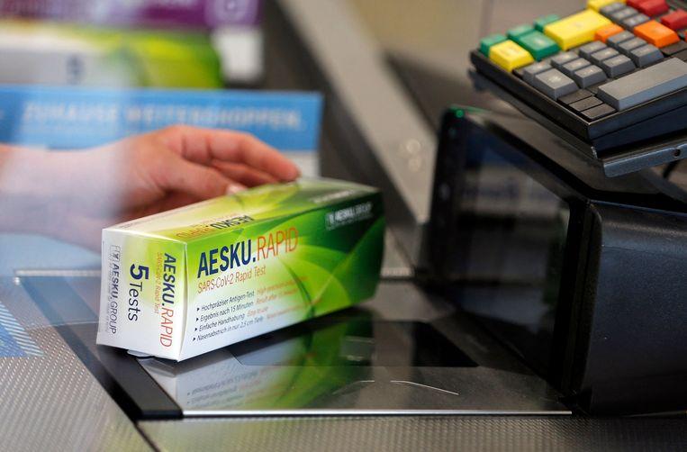 Een sneltest in de Duitse supermarkt. Beeld AFP