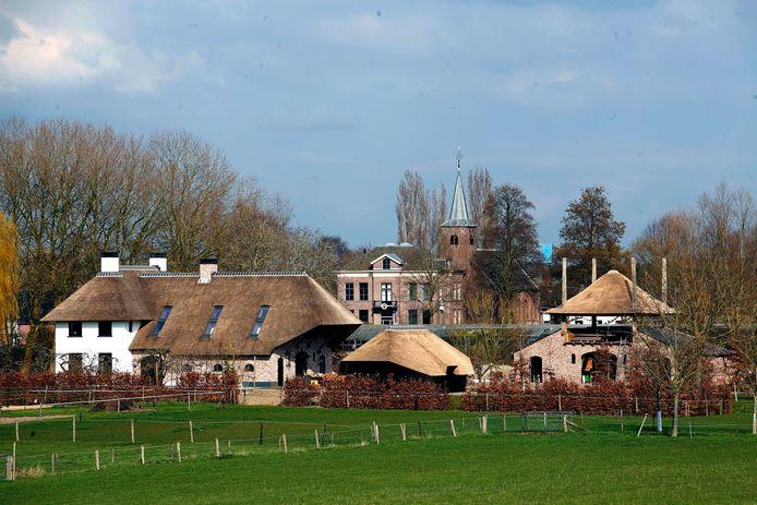 Zicht op het dorp Tuil vanaf de Waalbandijk.