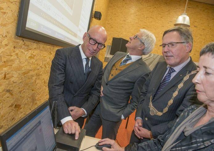 v.l.n.r. Han Looten (vice-voorzitter museum), gedeputeerde Ben de Reu, burgemeester Gerard Rabelink en Marlies Jongejan. foto Dirk-Jan Gjeltema