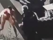 Un homme nu attaque un agent de sécurité dans une gare