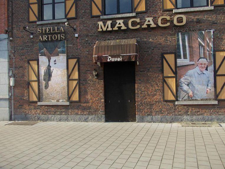 Een voorbeeld uit Sint-Amandsberg: in het lege café Macaco hangen kleurrijke foto's op de onderste ramen.