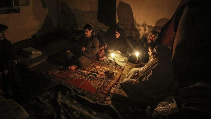 Een familie in Syrië brandt kaarsjes, foto ter illustratie.