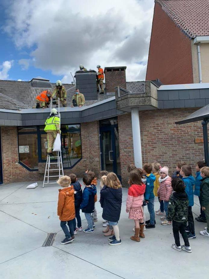 De kinderen van De Klimtoren kijken vol interesse naar de brandweer.
