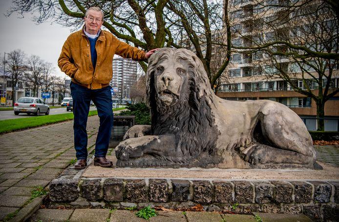 Initiatiefnemer Jack Wereldsma bij een van de stenen leeuwen langs de Maasboulevard. Waarschijnlijk zullen ze daar ook blijven.