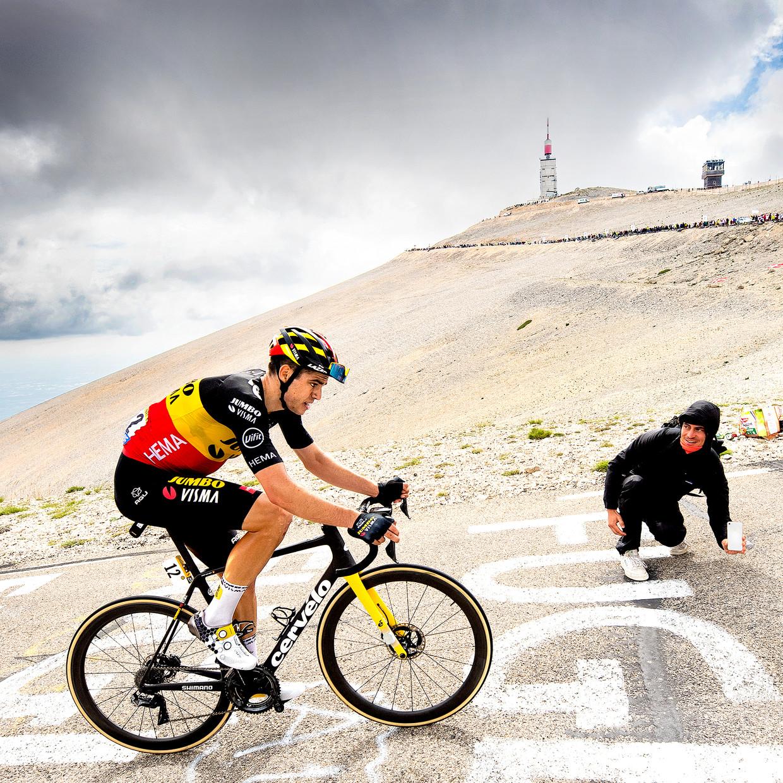 Etappewinnaar Wout van Aert tijdens de laatste kilometer van de klim naar de top van de Mont Ventoux.   Beeld Klaas Jan van der Weij