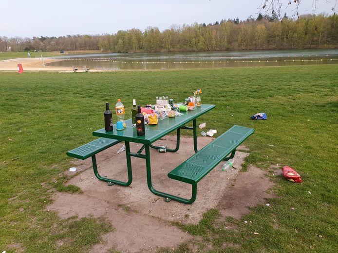 Flessen, lege zakken chips, plastic bekertjes die overal zwerven, parkmanager Rob Beverdam wordt er moedeloos van.