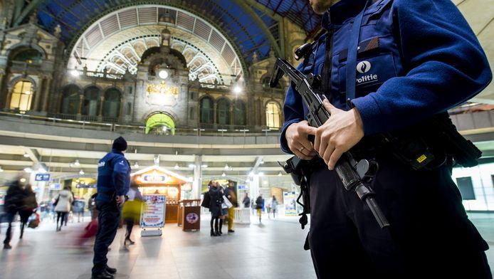 Zwaarbewapende politiemensen op het station van Antwerpen.