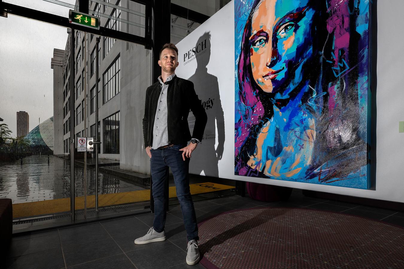 """Kunstenaar Joost Pesch bij zijn 'Mona Lisa' in Inntel Hotels Art Eindhoven. ,,Als kunstenaar moet je opvallen en de kijker een positief gevoel geven."""""""