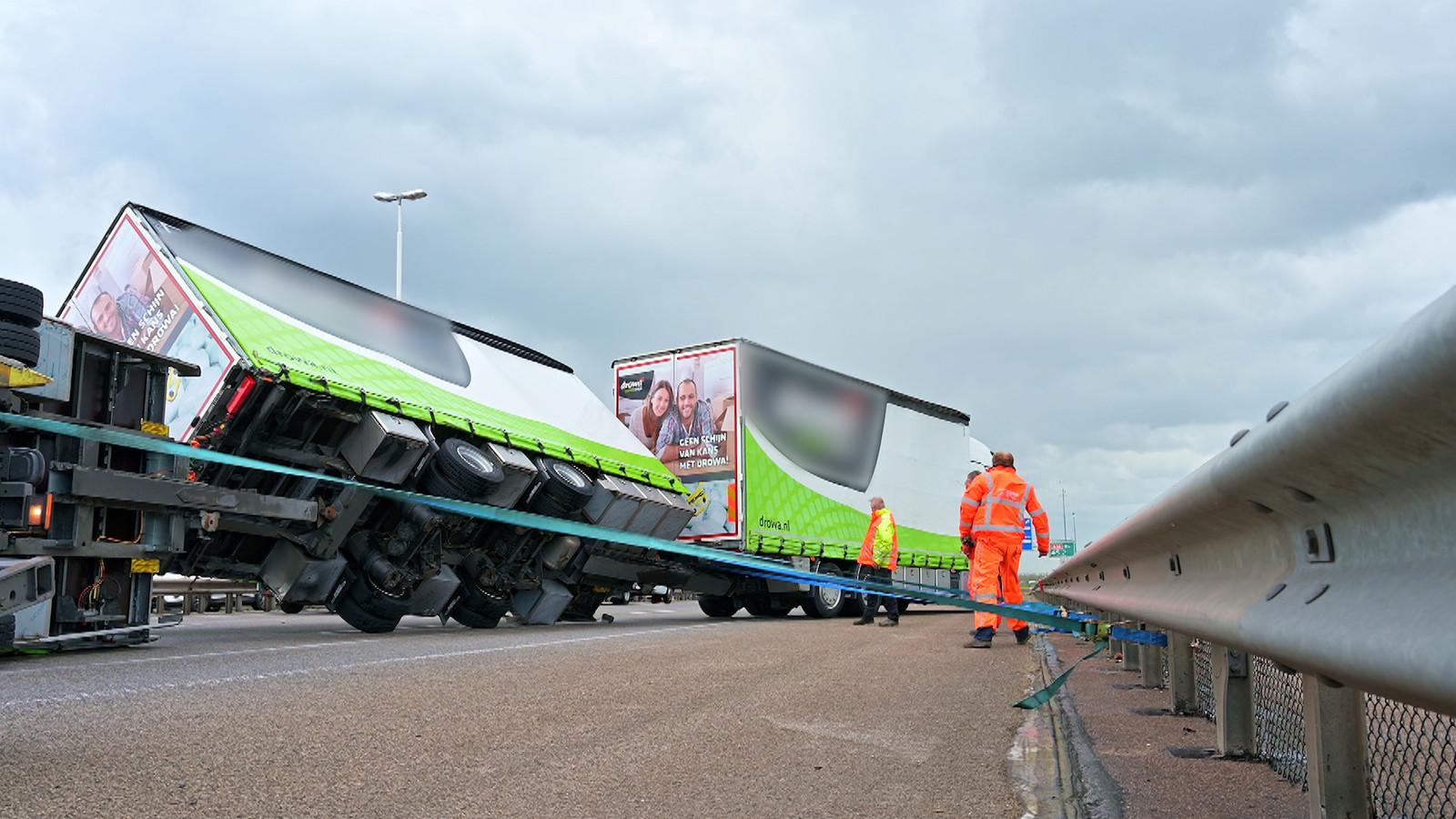 Een gekantelde vrachtwagen op de A16 bij Moerdijk.