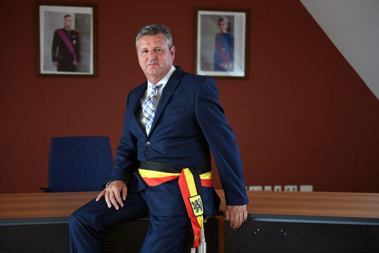 """Joël Vander Elst, burgemeester van Bertem, met de tricolore sjerp met Vlaamse leeuw op. """"Ik denk er niet aan om mijn sjerp in te ruilen tegen een Vlaamse versie."""""""
