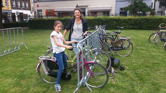 Anneloes Keijsper en haar dochter Marit uit Rosmalen brachten drie fietsen