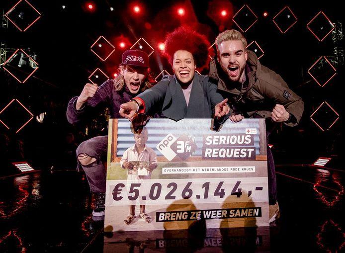 De drie dj's met de cheque van Serious Request 2017.