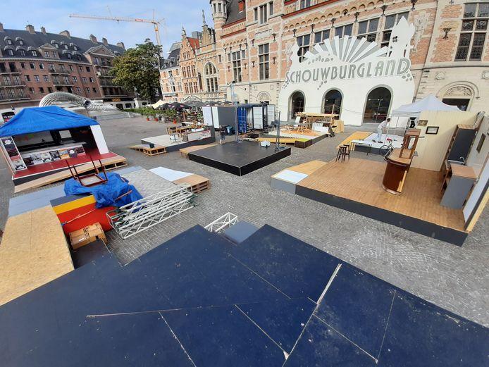 De groeiende stad op planken voor de schouwburg op het Schouwburgplein.