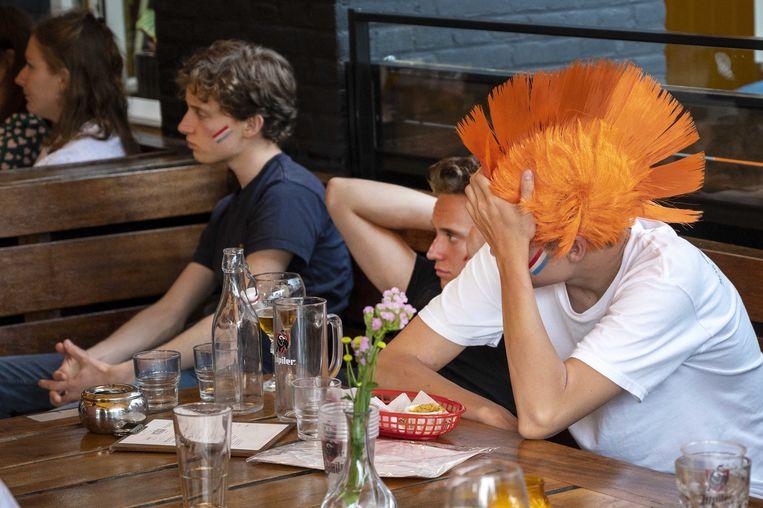 Fans in Amsterdam ondergaan de dramatische prestatie van Oranje gelaten.  Beeld ANP
