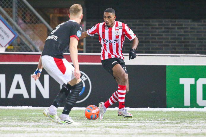 Deroy Duarte aan de bal tegen PSV.
