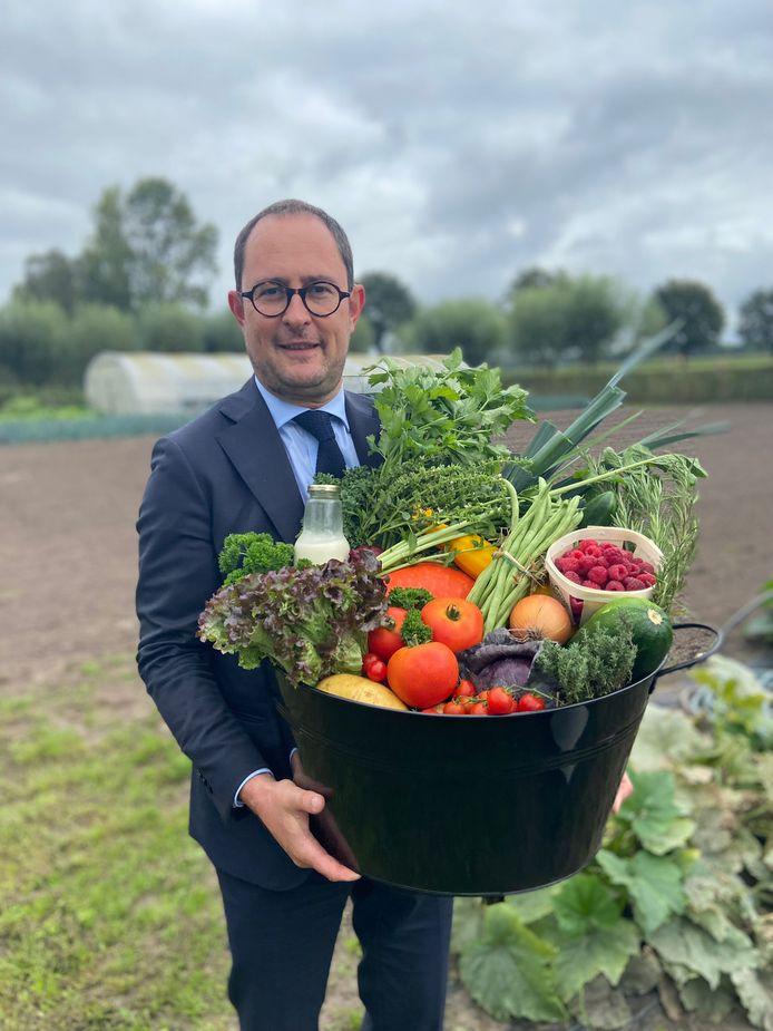 Minister Vincent Van Quickenborne verliet het PLC in Ruiselede met een erg goed gevulde geschenkmand met lokaal geteelde groentjes