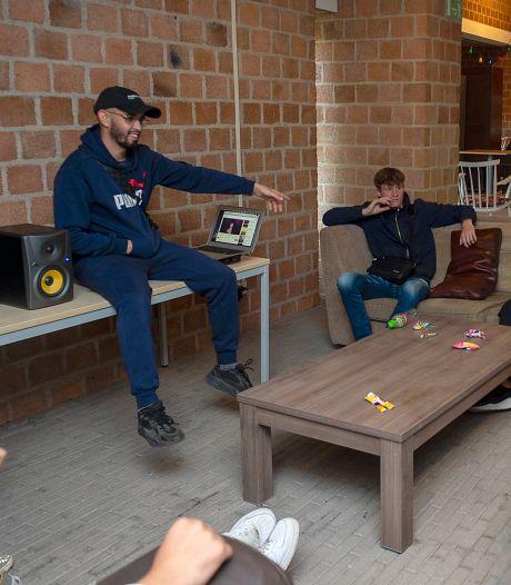Rapper YSF leert Langdonk de kneepjes van het vak: 'Rappen hield me van de straat'