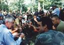 Premier Wim Kok praat met teruggekeerde Dutchbatters.