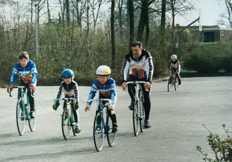 De jonge Anna in training met haar broers Daniël en Jasper, en trainer Henk van Hasselt.  Beeld Privéfoto