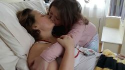 Hartverscheurende foto toont hoe meisje (8) stervende mama kust, drie jaar nadat ze ook vader verloor