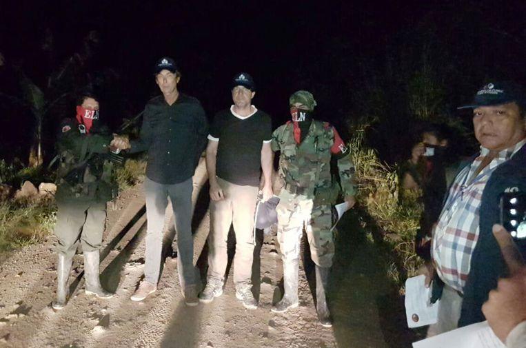Bolt en Follender bewaakt door de rebellen. Beeld AP