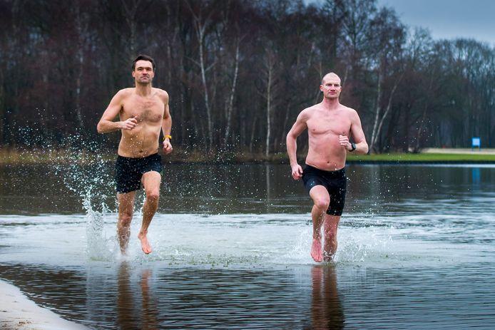 Steven Zwerink (rechts) en Buursenaar Sander Nieland trainen samen voor een halve marathon in korte broek, volgende week zaterdag. Een keer onderdompelen in Het Rutbeek is onderdeel van de training.