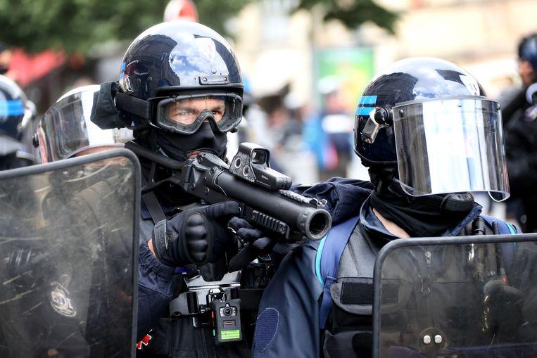 """Politie tijdens een betoging van de """"gele hesjes""""."""