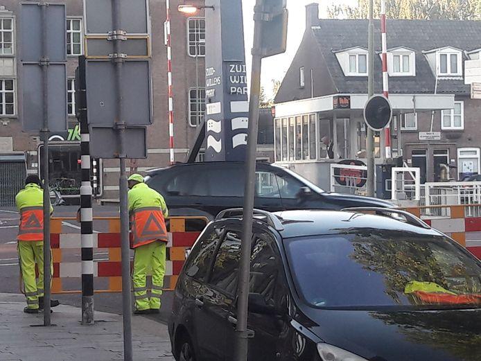Verkeersregelaars en hekken op de hoek Zuid-Willemsvaart-Hinthamerstraat.