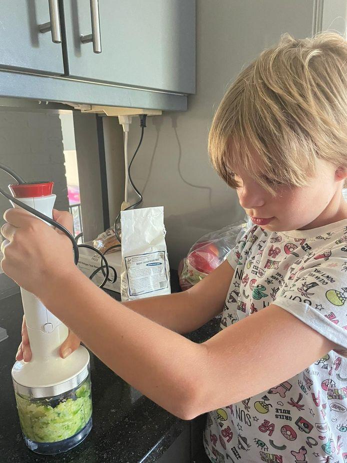Sara van 't Hof (10) in de keuken, druk in de weer met spruitjes.