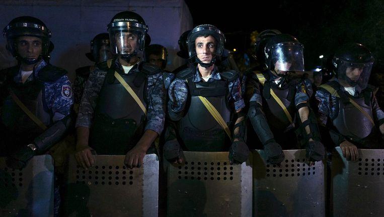 Agenten bij het belaagde politiebureau in Jerevan. Beeld ap