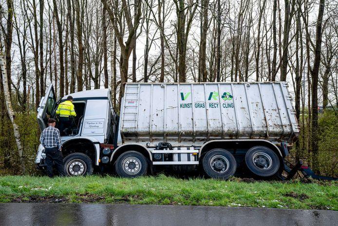 De vrachtwagen belandde in de berm langs de toerit van de A59 bij Made op dinsdagmiddag.