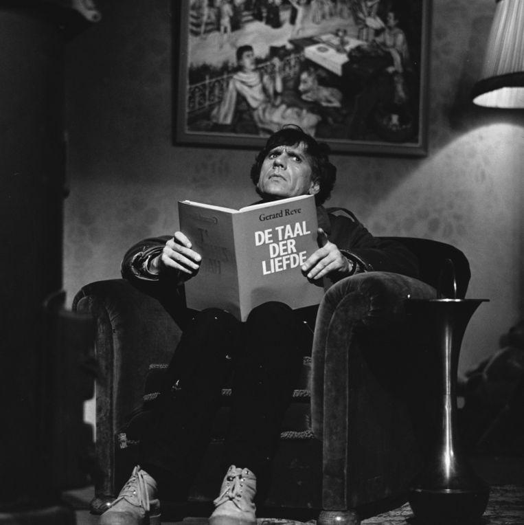 Reve draagt voor uit eigen werk in De Grote Reve Show, 1974 Beeld