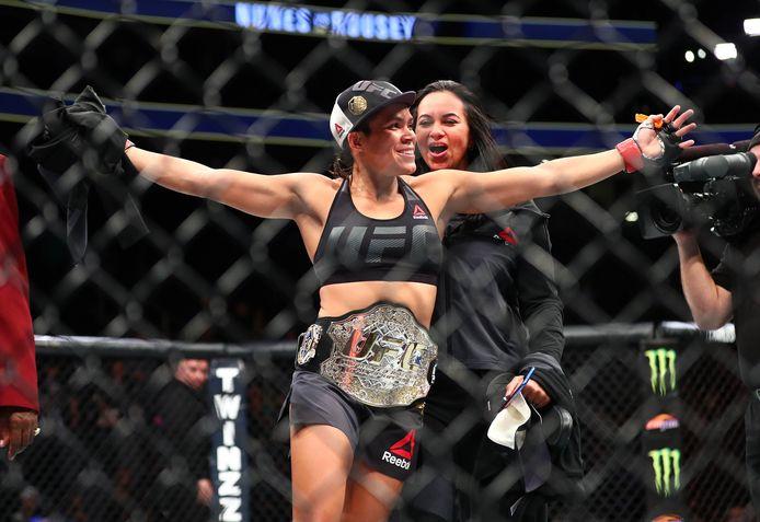 Amanda Nunes  viert haar overwinning tegen Ronda Rousey tijdens UFC 207 in de T-Mobile Arena.