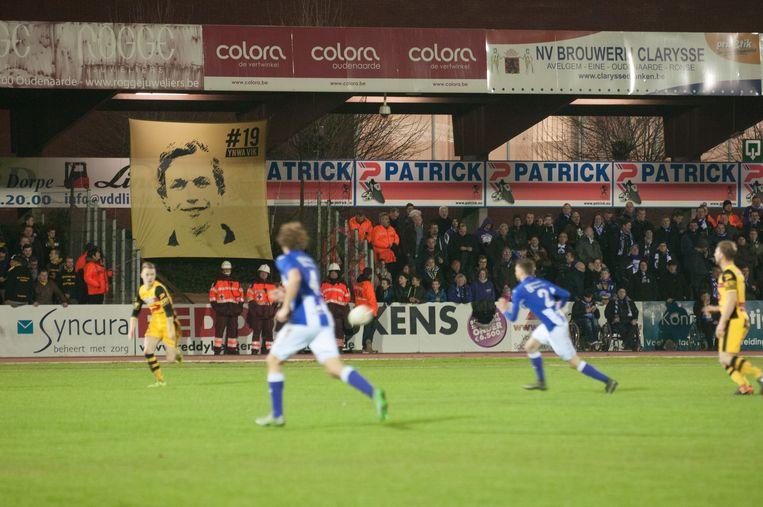 Tijdens de match hing er een grote tifo aan de tribunes met de foto en het rugnummer van Viktor, nummer 19. De papa van Viktor, Herman, trapte de match af (foto rechts).
