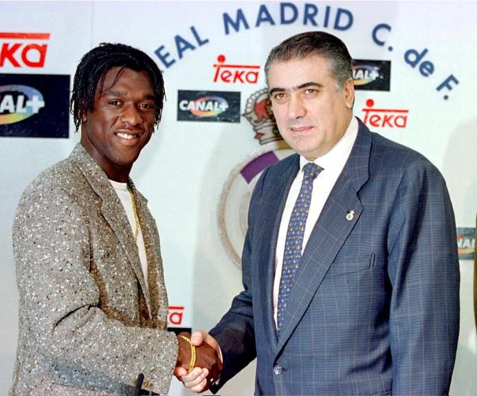 Clarence Seedorf bij zijn presentatie bij Real Madrid met voorzitter Lorenzo Sanz.