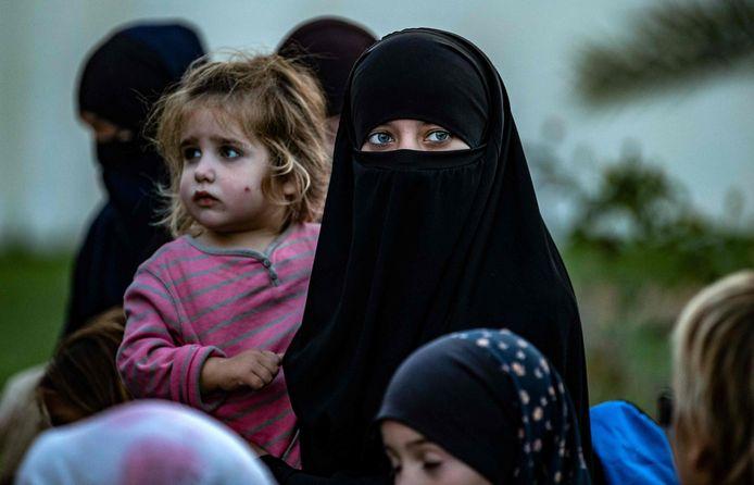 Westerse (niet-Belgische) vrouwen en kinderen in het al-Hol-kamp. Archiefbeeld.