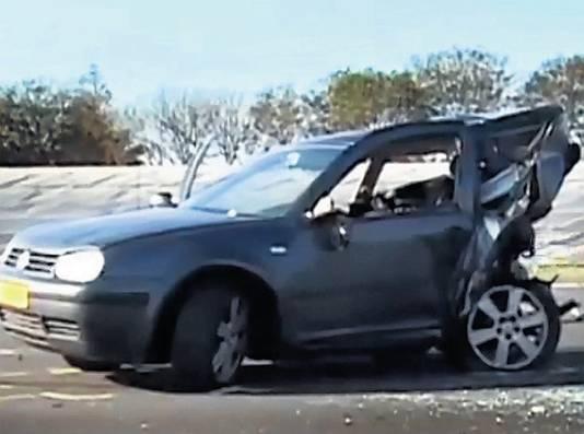 Het wrak van de auto van de 35-jarige man uit Maastricht die bij het ongeval op de A2 om het leven kwam. FOTO RTLNIEUWS