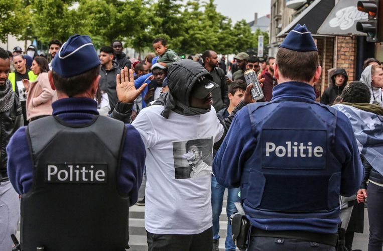 Op de wake voor Bangoura in Roeselare was de sfeer gespannen.      Foto Henk Deleu Beeld Henk Deleu
