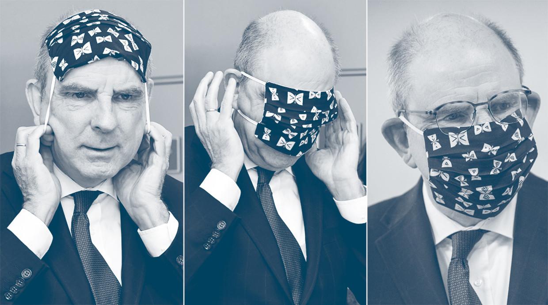 Toenmalig minister Koen Geens was niet de enige die in de begindagen met zijn mondmasker worstelde.  Beeld DM