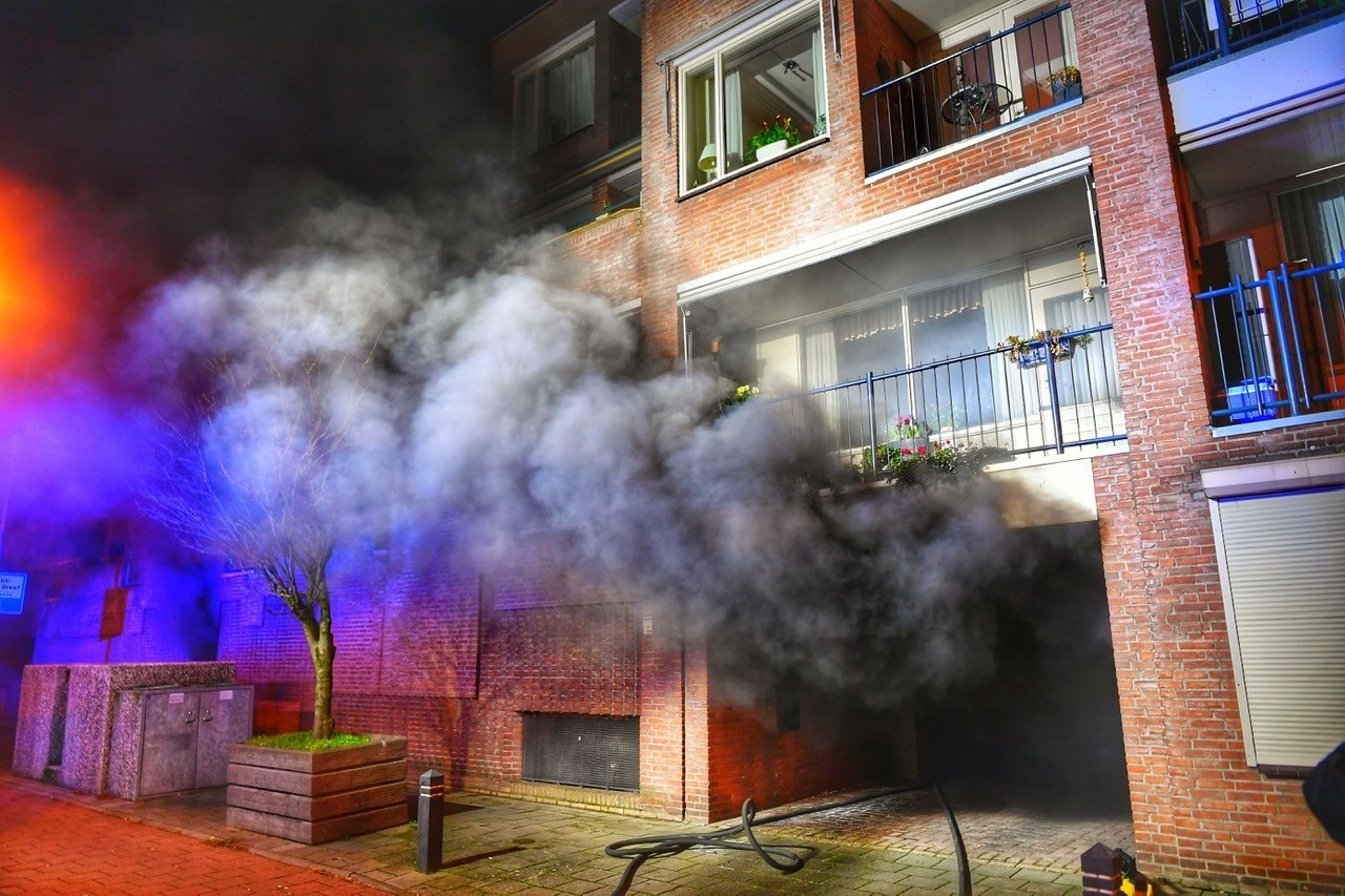 Er kwam een flinke rookwolk uit de garage.