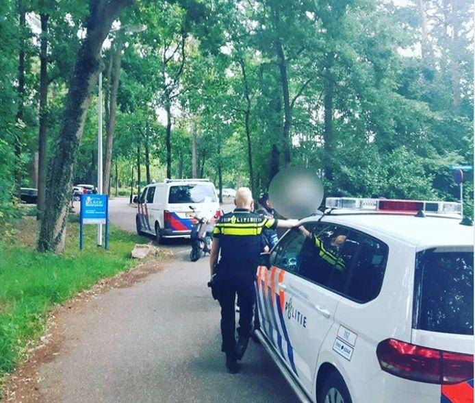 De politie moest in actie komen om de jongeren te verwijderen bij het zwembad en verrichte ook een aanhouding.