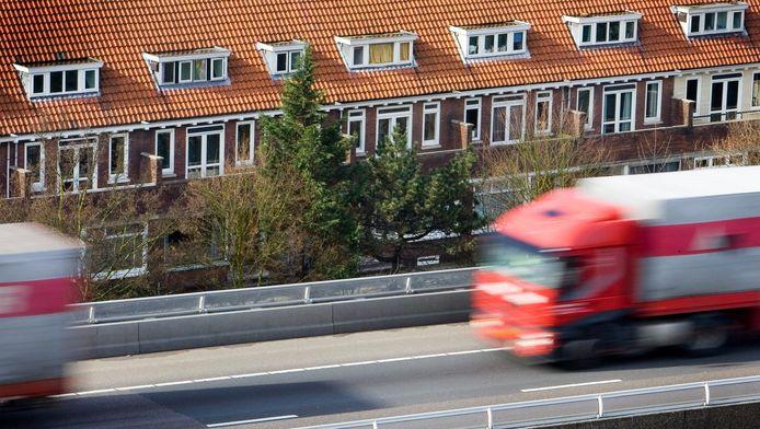 Woonhuizen langs de A13, Rotterdam-Overschie.