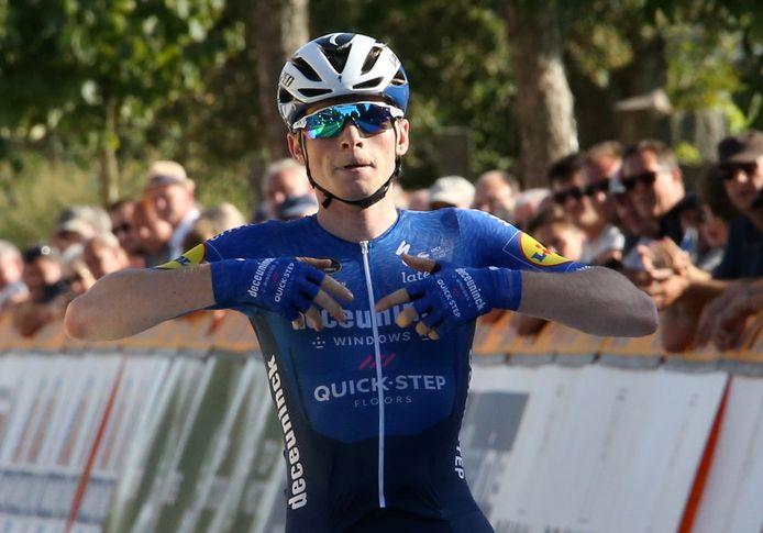 Stan Van Tricht won in Gullegem voor Ceriel Desal en Pieter Serry.